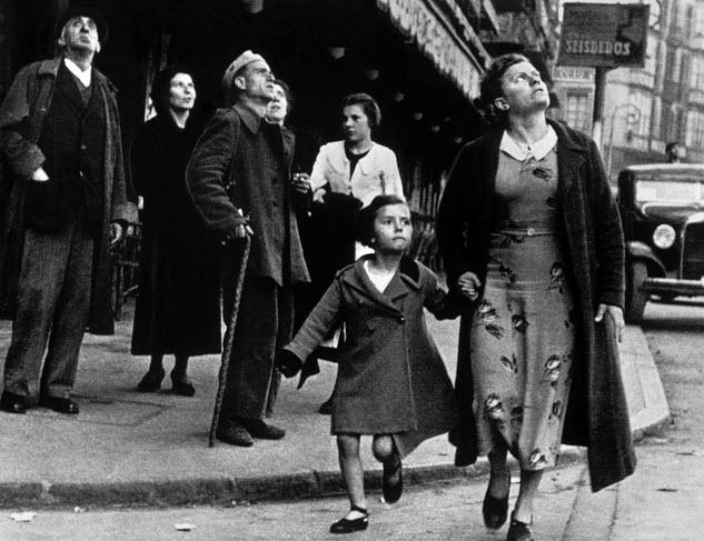 عکسی از فرانسه در جنگ جهانی دوم است که نگرانی مردم و جستجوی آنان برای پناهگاه را نشان می دهد این عکس توسط رابرت کاپا ثبت شده است
