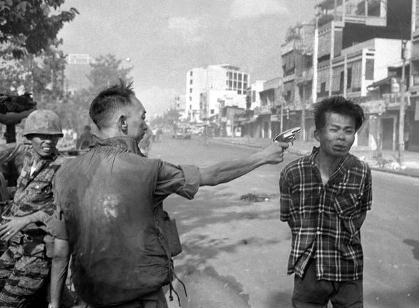 7 عکس گرفته شده از ادی آدامز است که در جنگ بین آمریکا و ویتنام یک سرتیپ آمریکایی اسیر ویت کنگی را می کشد